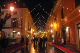 viale con catenarie lampade bianche